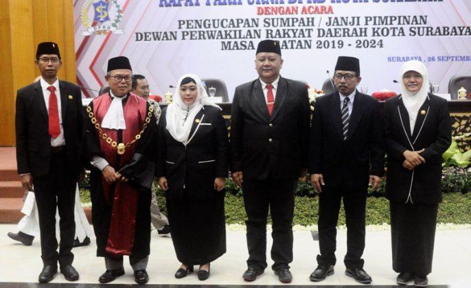 Para Unsusr Pimpinan DPRD saat berfoto bersama wakil wali kota Surabaya