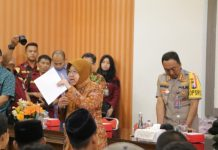 Wali Kota Surabaya Tri Rismaharini saat memberikan arahan kepada anak-anak yang terindikasi ikut tawuran