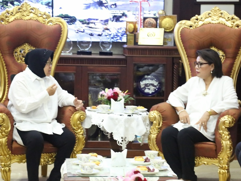 Wali kota Surabaya Tri Rismaharini bersama Wakil Ketua KPK Binsar Panjaitan saat bertemu diruang kerja wali kota Surabaya