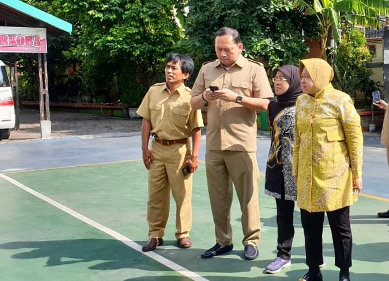 Dua dari kiri Kepala Bagian Administrasi Pembangunan (ADPEMB) Kota Surabaya, Robben Rico  saat mendampingi wali kota Risma