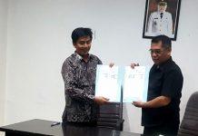 Ketua KPU Surabaya Nur Syamsi bersama kepala bakesbangpol kota surabaya, Edi christianto