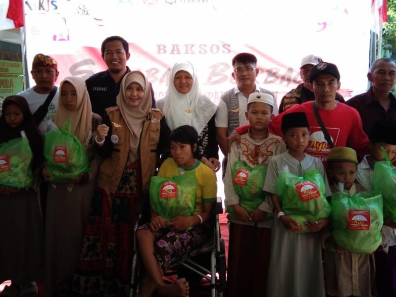 Wakil ketua DPRD Reni Astuti saat berfoto bersama para warga rusun