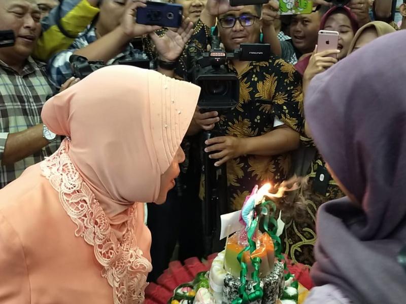 Wali kota risma saat meniup lilin ulang tahun