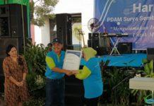 Direktur PDAM Surya Sembada Mujiaman menyerahkan sertifikat ISO Anti Suap