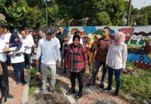 Risma bersama erik cahyadi dan beberapa kepala dinas terkait saat melakukan sidak pekerjaan paving di bantaran sungai Jagir Maret lalu