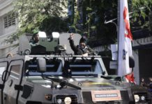 Wali kota risma saat mengikuti parade Surabaya Juang