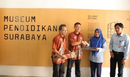 Kadisparta-Surabaya-Antiek-saat-menerima-koleksi-museum-dari-kolektor