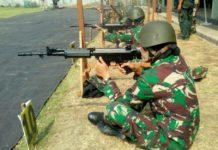 Prajurit kowad saat latihan menembak dengan posisi duduk