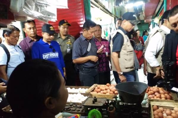 Satgas Pangan saat menyisir salah satu sentra perdangan di Surabaya