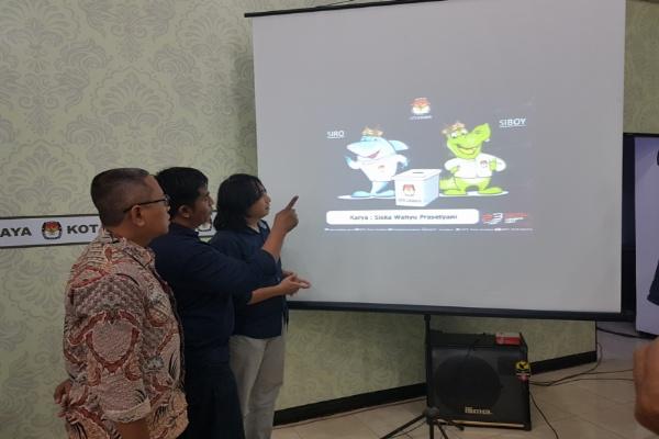 Dua Komisioner KPU Surabaya bersama perwakilan dewan juri saat memperkenalkan maskot, jongle dan mars pilwali surabaya kepada wartawan kamis (16/01)