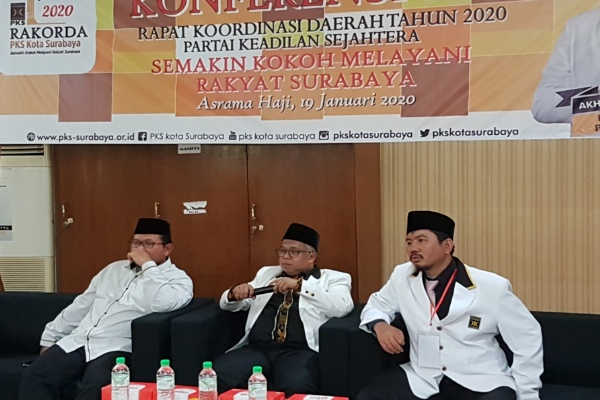 Suyanto paling kanan saat konferensi pers di Rakorda PKS Minggu 19/01 di Asrama Haji Surabaya