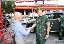 Danrem 083/Baladhika Jaya, Kolonel Inf Zainuddin saat mengunjungi klenteng di kota malang