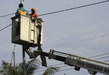 Petugas saat melakukan Pemasangan CCTV dikawasan Pandegi;ing Surabaya