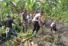 Sinergi - Personel TNI-Polri dan warga bergotongroyong dalam pembuatan saluran irigasi diwilayah Mantub, Lamongan