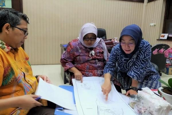 Kepala Bagian Hukum Pemerintah Pemkot Surabaya Ira Tursilowati saat menunjukkan peta aset