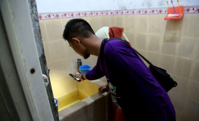 Jumantik saat memeriksa kamar mandi warga