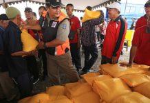 penyerahan bantuan berupa beras kepada nelayan