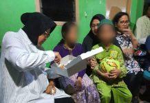 Wali kota Surabaya Risma saat menyuapi kedua anak korban pembunuhan dijalan petemon