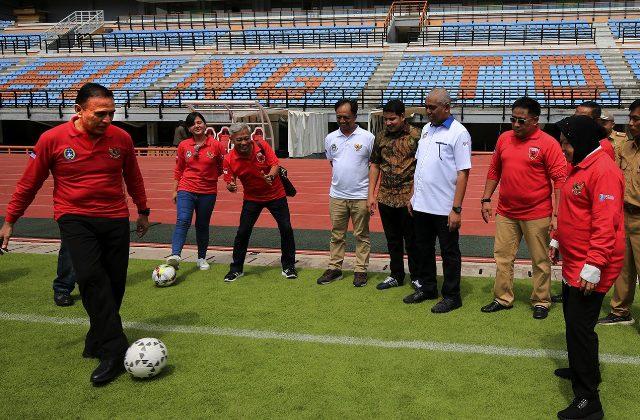 Wali kota risma dan ketua PSSI saat mencoba rumput dengan menendang bola di stadion GBT