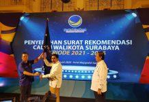 Ketua DPD NasDem Surabaya Robert Manunsong saat menyerahkan bendera NasDem kepada Machfud Arifin seusai menerima surat rekomendasi