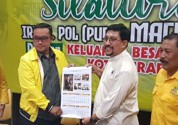 Ketua DPD Golkar Surabaya Blegur Priyambodo saat menerima APK dari Machfud Arifin saat acara Silaturahmi dengan tim pemenangan MA di Kantor DPD Golkar Surabaya sabtu sore