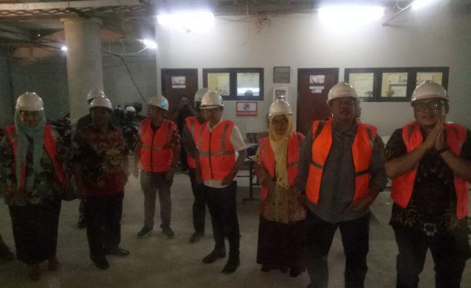 Rombongan Komisi C DPRD saat sidak proyek pembangunan alun-alun Suroboyo