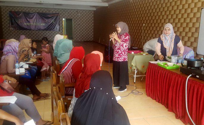 Pemberian pelatihan oleh dinas perdagangan kota surabaya kepada ibu-ibu dari kawasan eks lokalisasi