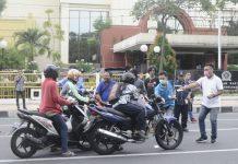 Wartawan Pokja DPRD Surabaya saat membagikan paket handsanitazer kepada masyarakat oengguna jalan, Rabu (01/04/2020)