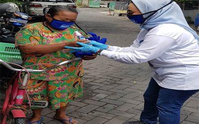 Ketua DPC Demokrat Surabaya Lucy saat memberikan bantuan berupa masker kepada warga Surabaya