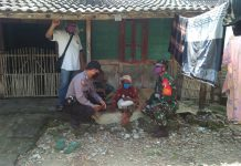 Salurkan Batuan - Anggota TNI saat memberikan Bantuan Untuk Mbah Tarmi