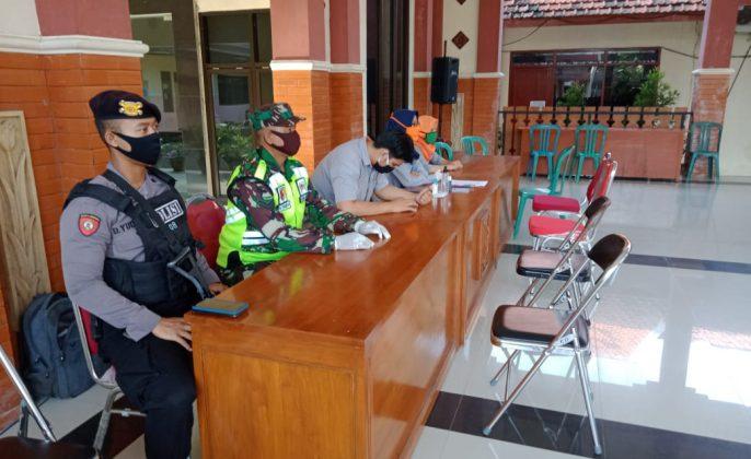Pantau- Penyaluran BST mendapat pantauan dari anggota TNI-Polri