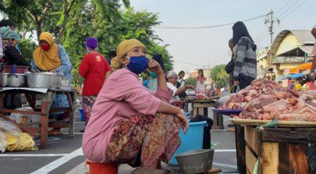 Sebanyak 84 Pedagang pasar pegirian yang terapkan aturan jaga jarak dengan berjualan dijalan Nyamplungan