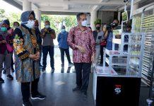 IT Telkom saat mendemonstrasikan salah satu alat canggih hasil karyanya dihadapan wali Kota Surabaya Tri Rismaharin Rabu (13/05/2020)