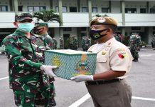 Kasrem saat Serahkan Bantuan Paket Sembako