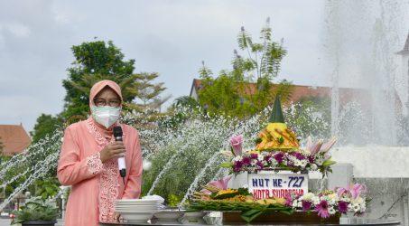 Wali Kota Surabaya, Tri Rismaharini saat prosesi potong tumpeng dalam peringtan HJKS ke 727