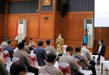 Wali kota surabaya Tri Rismaharini saat Rapat Evaluasi digedung sawunggaling Surabaya