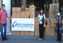 Serahkan Bantuan - salah satu staf Gesit Foundation yang mengantarkan bantuan itu mengatakan bahwa sementara ini bantuan yang diserahkan kepada Wali Kota Risma