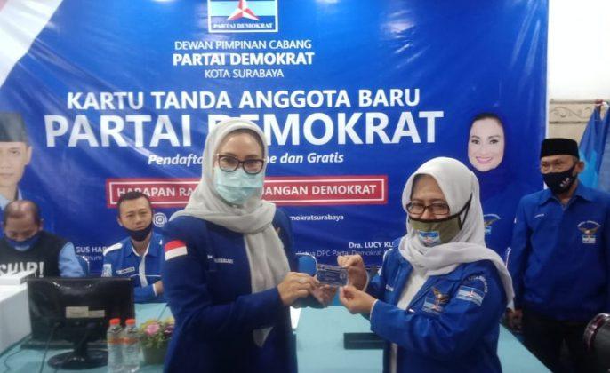 Ketua DPC Partai Demokrat Kota Surabaya, Lucy Kurniasari, saat melaunching KTA