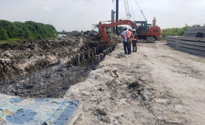 Proses pembangunan tanggul di Sungai Kali Lamong