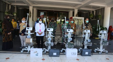 Penyerahan sembilan Ventilator ke rumah sakit di Surabaya