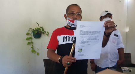 Armuji menunjukkan surat pengajuan pengunduruan dirinya dari bakal calin wakil wali kota